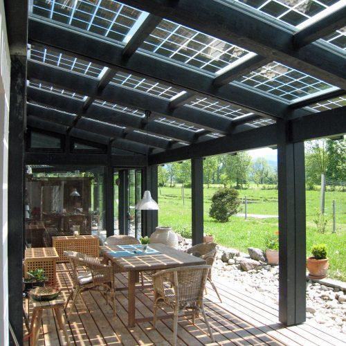 Bild einer Solarterrasse mit Holz- und Rattanmöbeln