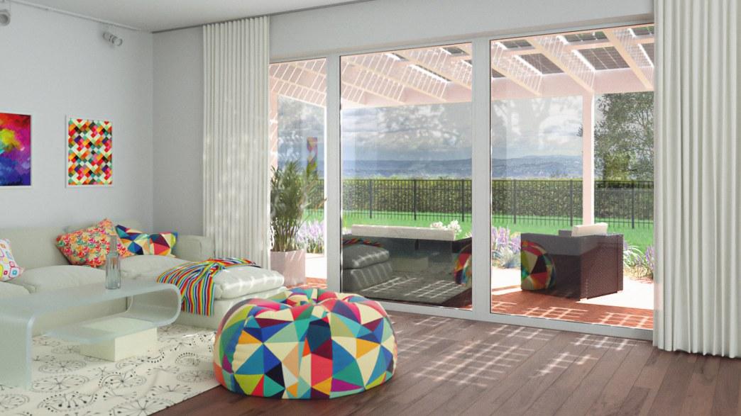 Bild einer Solarterrasse durch gläserne Schiebetüren des Wohnzimmers